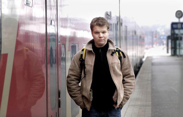 Hannes Suominen poseeraa teatterikouluaikanaan vuonna 2003, jolloin näytteli Jarmo Lampelan Eila-elokuvassa.