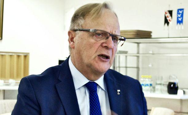 Kolmikannalle on edelleen käyttöä, sanoo työministeri Lauri Ihalainen.