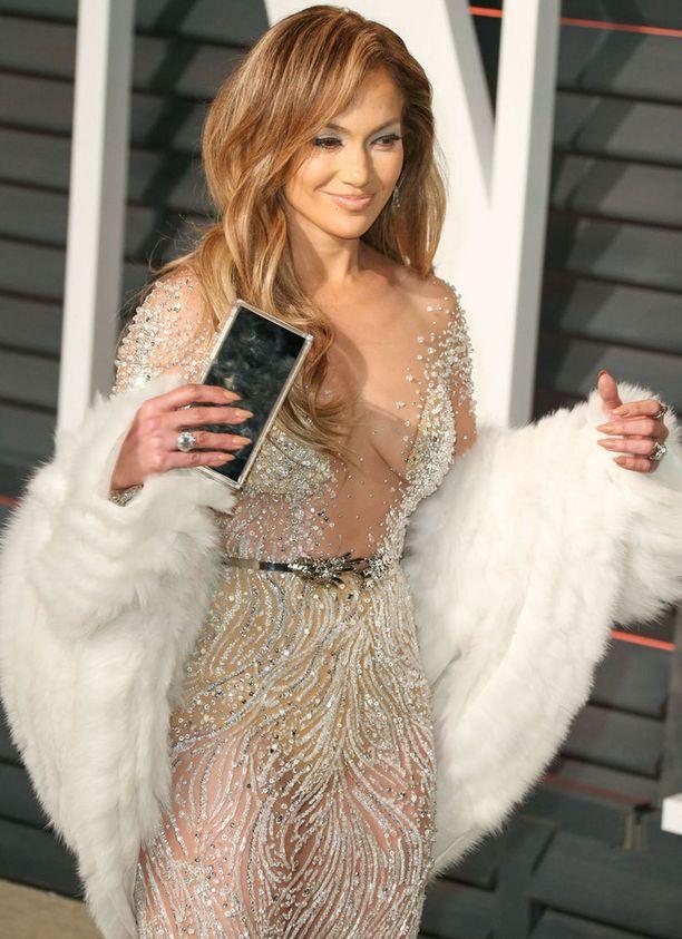 Jennifer Lopezilla oli illan aikana kaksi eri asua.