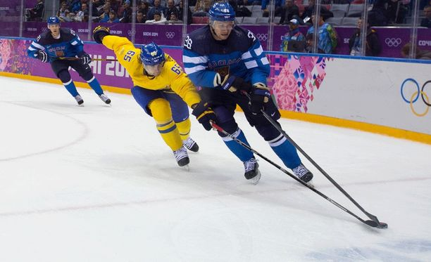 Joukkueet olisivat täysin erilaisia ilman NHL-pelaajia. Kuvassa Sotshin jäällä taistelevat Ruotsin Erik Karlsson ja Suomen Jussi Jokinen.
