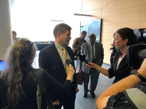 Kokoomuksen kansanedustaja Kari Tolvanen näki ahdistelutapauksen eduskunnan kuppilassa.