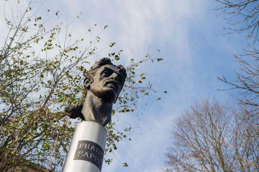 Frank Zappaa pidettiin niin tärkeänä vapauden symbolina, että hänelle pystytettiin Vilnaan patsas.