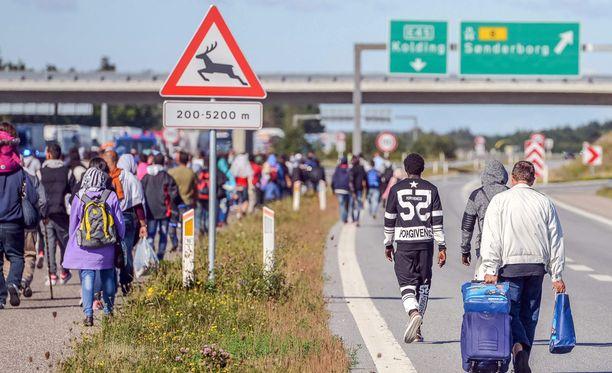 Pakolaiset kävelivät moottoritiellä keskiviikkona Etelä-Tanskassa.