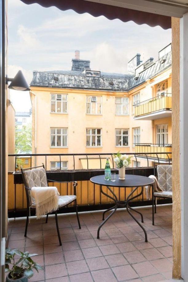 Bistrohenkiset kalusteet ja värikkäät talot luovat tunnelman, joka on kuin Pariisista. Markiisilla voidaan suojautua suoralta auringonpaisteelta.