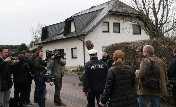 Poliisin tutkijat Andreas Lubitzin asunnolla Saksan Montabaurissa.