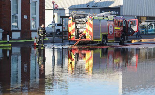 Tulva johtui päävesiputken katkeamisesta, joka jätti tuhannet ihmiset ilman vettä.