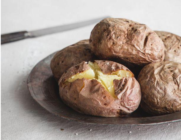 Uuniperunat kypsyvät noin tunnin verran 225 asteessa.