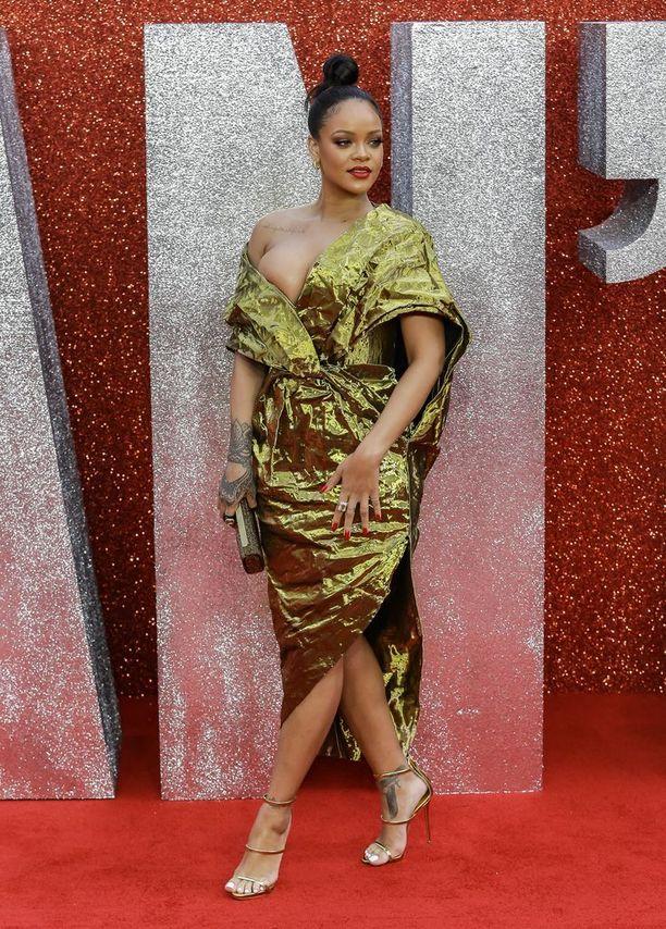 Rihanna on parhaillaan promoamassa uutta Ocean's 8 -elokuvaa, jossa hän näyttelee yhtä pääosista. Laulaja nähtiin tässä kultaisessa Poiret-luomuksen leffan ensi-illassa Lontoossa alkuviikosta.