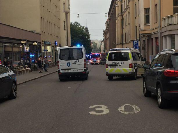 Miehen epäillään ajaneen perjantaina Helsingin keskustassa ihmisten päälle. Mies oli pysähtynyt Lönnrotinkadun ja Annankadun risteykseen ja mennyt ravintolaan, josta poliisi otti hänet kiinni.