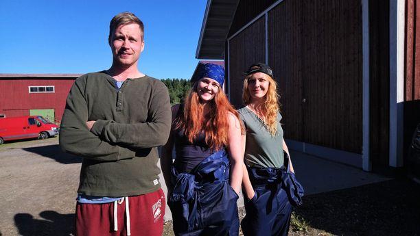 Kuvassa Tuomo ja morsianehdokkaat Kati ja Marjo.
