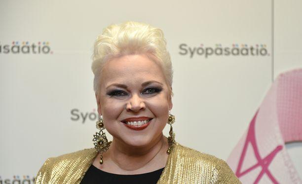 Johanna Rusanen-Kartano iloisee levytyksensä saamasta Grammy-palkinnosta.