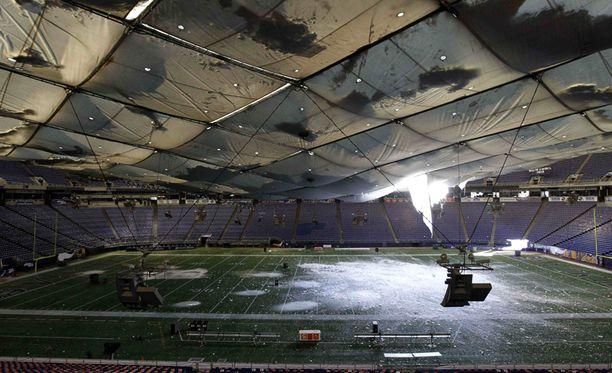 Runsas lumi painoi paikallisen jalkapalloseuran kuplahallin katon kasaan, ja viikonlopuksi suunniteltu ottelu New York Giantsia vastaan jouduttiin perumaan.