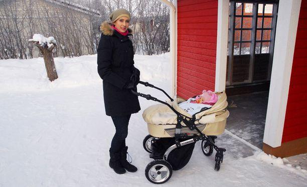 Olena Zhabko ei enää nukuta lastaan ulkosalla, koska pihamaalla on nähty rottia.