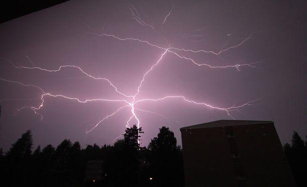 Voimakkaat ukkoset ovat todennäköisiä etenkin lauantaina ja sunnuntaina laajalla alueella maan etelä- ja keskiosissa. Tällaisia salamoita nähtiin Lahden Mukkulassa 13.8.2017 Klaara-myrskyn aikaan.