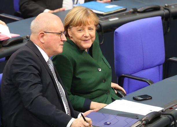 Volker Kauder ja Angela Merkel.