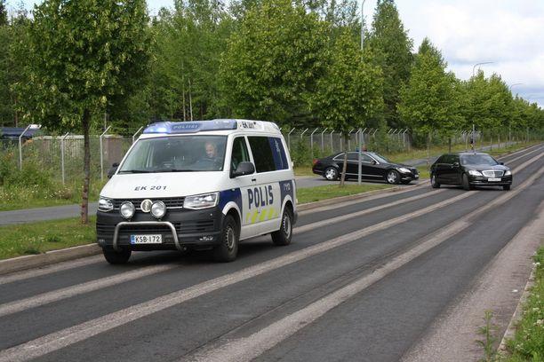 Poliisiauto ajoi limusiinin edellä.