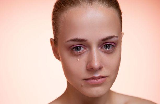 Itkuherkkyys voi johtua esimerkiksi hormoneista tai stressistä.