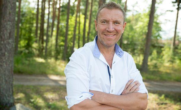 Ohjaaja Renny Harlin saapui Mäntyharjun Ilokuvafestivaaleille Skiptrace-elokuvansa Suomen-ensinäytökseen. Laulajanakin tunnettu Sara Forsberg vakuutti Harlinin näyttelijän taidoillaan.