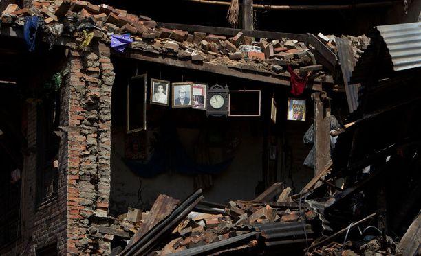 Seinällä oleva kello ja valokuvat muistuttavat siitä, että vielä perjantaina erään perheen koti oli asuinkunnossa Kathmandun laitamilla sijaitsevassa Bhaktapurissa.