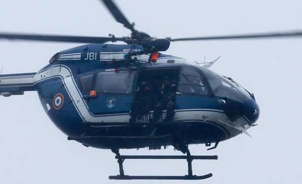 Erikoisjoukkojen helikopteri kierteli piiritettyn talon yläpuolella perjantaina.
