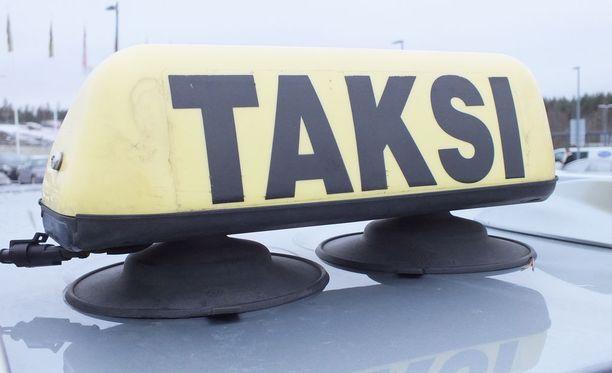 Kilpailutuksen voittaneet välitysyhtiöt panevat taksiliikenteen pakan uusiksi.