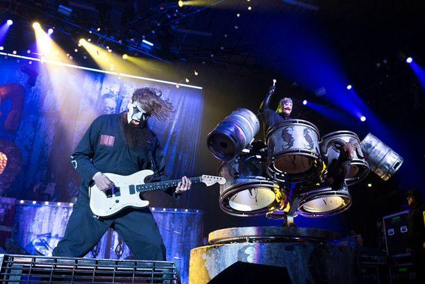 Puolitoistatuntisen show'n aikana lavalta yleisöön lensi läjäpäin vesipulloja ja rumpukapuloita.