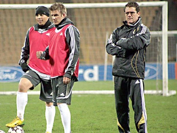 David Beckham (kesk.) ei ole kuulunut Real Madridin uuden päävalmentajan Fabio Capellon (oik.) luottomiehiin.