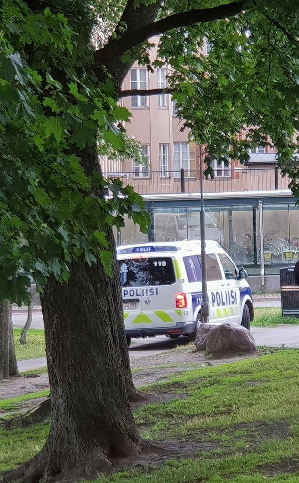 Poliisi partioi Kaisaniemen puiston ja rautatieaseman kulmalla säännöllisesti.
