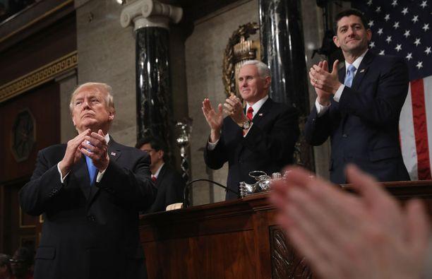 Trumpin taputuskonsertti herätti huomiota. Presidentin taustalla varapresidentti Mike Pence ja edustajainhuoneen puhemies Paul Ryan.