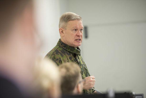 Pääesikunnan koulutuspäällikkö, prikaatikenraali Jukka Sonninen sanoo, että tekniikan kehittyessä jopa ampumakoulutusta on mahdollista harjoitella virtuaalisesti. Kun saamme jossain vaiheessa kaikkiin joukko-osastoihin sisäampumasimulaattorin, voimme opetella ampumaan sisällä. Sen jälkeen mennään ampumaradalle ampumaan näytöt, Sonninen sanoo.
