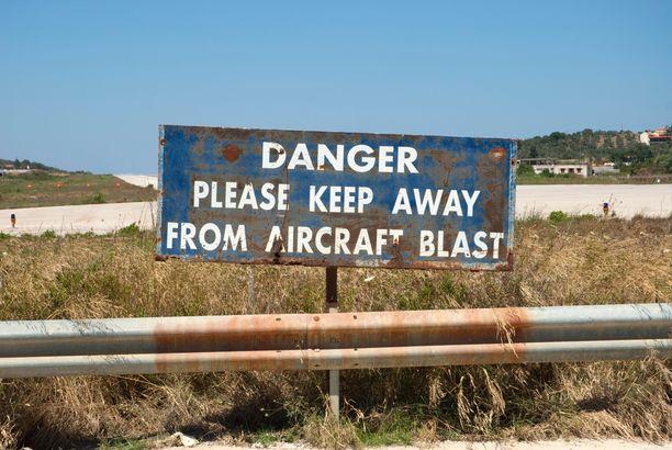 Kentän riskeistä varoitetaan kylteillä.