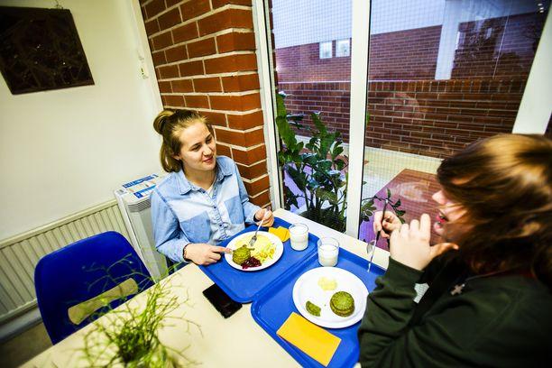 Melany Päll (vas) ja Karoliina Miettinen kertovat, että pinaattiletut kuuluvat kaksikon lounassuosikkeihin.