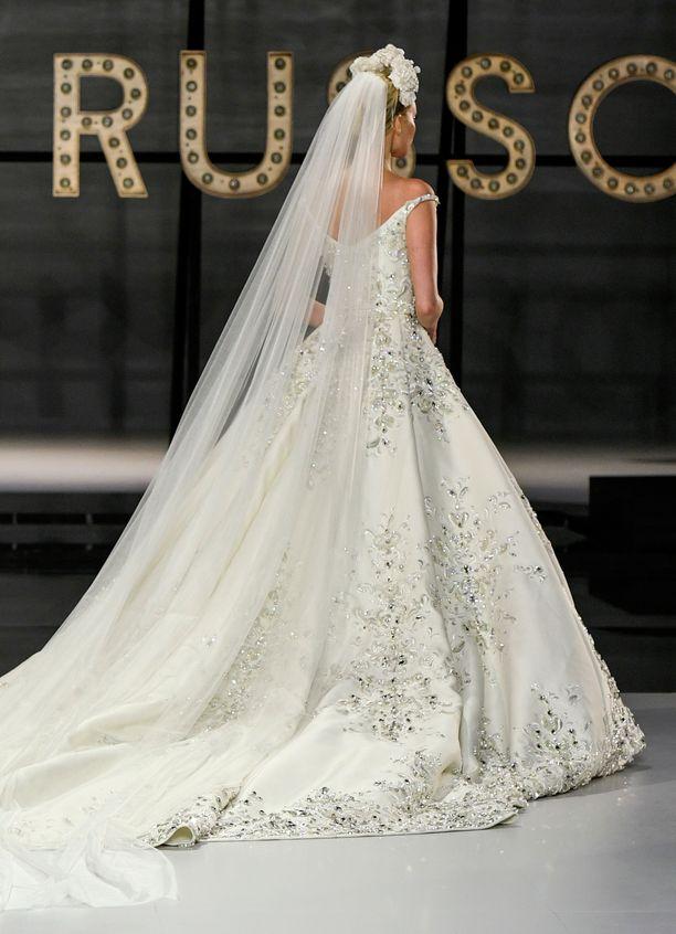 Pitkä huntu lukeutuu vuoden 2019 häätrendeihin. Elsa Hosk Ralph & Russo -brändin haute couture -näytöksessä.
