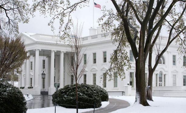 Valkoisen talon turvallisuusjärjestelyjä on kiristetty pommiuhan vuoksi.