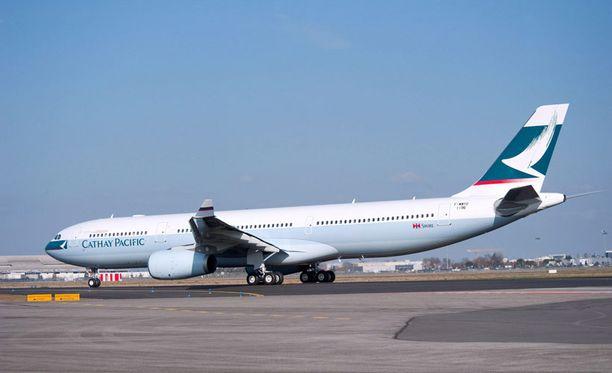 Tällaisen Cathay Pacific -yhtiön koneen moottori syttyi palamaan ilmassa.