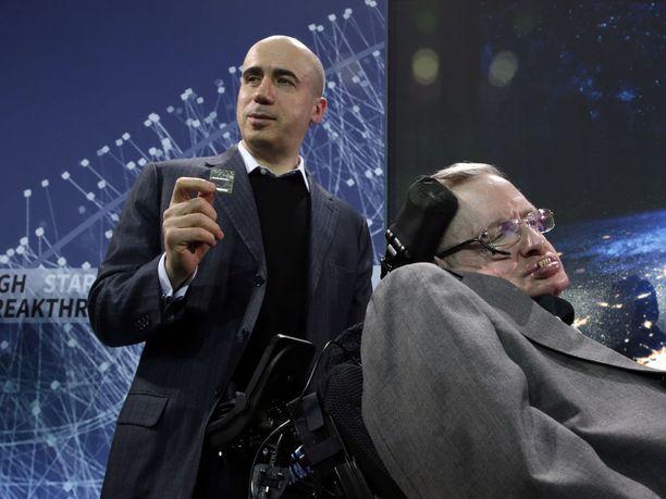 Miljardööri Yuri Milner ja brittitiedemies Stephen Hawking lehdistötilaisuudessa New Yorkissa huhtikuussa 2016.