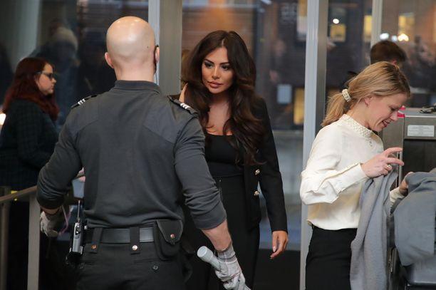 Sofia Belórf tuli käräjäoikeuden turvatarkastukseen samoihin aikoihin kuin Niko Ranta-ahon oikeudenkäyntiavustaja Petra Lähdekallio (oik.)