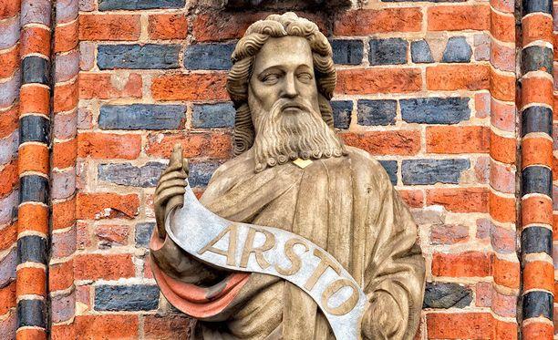 Bremenin raatihuoneen edustalla Saksassa on Aristotelesta esittävä patsas.