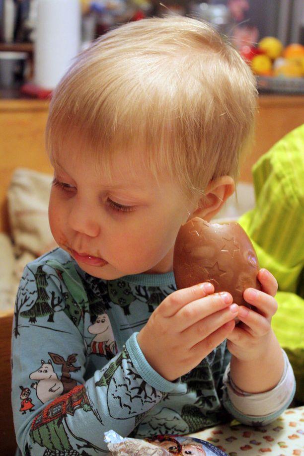 Olavi oli erityisen ihastunut Frozen-suklaamunaan.