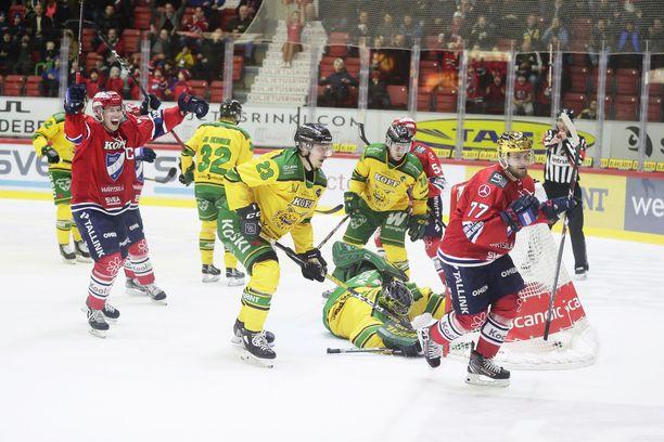 HIFK:n Jere Sallinen (vas.) tuulettaa tolpan kautta syöttämäänsä kultakypärä Teemu Turusen 2–1-johtomaalia. Lopussa juhli kuitenkin Ilves.