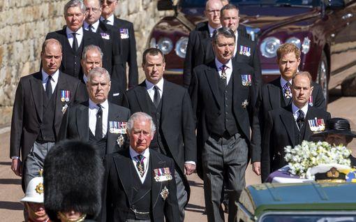 Harry puhui tunteja Williamin ja Charles-isän kanssa  hautajaisten jälkeen: näin sujui odotettu keskustelu