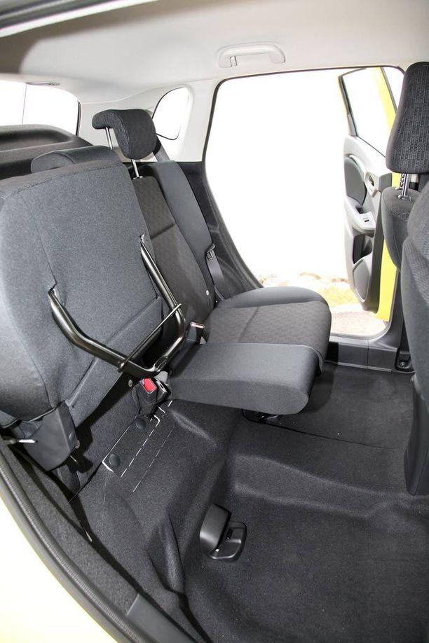 Takana on auton koko huomioiden huimasti jalkatilaa. Istuimet saa nostettua pystyyn.