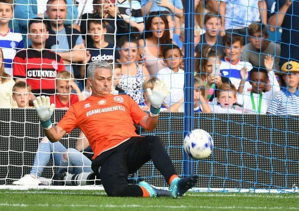 ManU:n manageri Jose Mourinho laittoi itsensä likoon myös maalitolppien välissä.