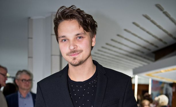 Roope Salminen vietti torstaina teatteri-iltaa.