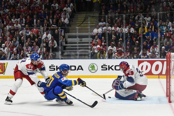 """Ruotsin Elias Pettersson on lahjakas pelimies. Hänen oivalluksensa ovat usein niin yllättäviä, että pelikaverit antoivat hänelle lempinimen """"Alien""""."""