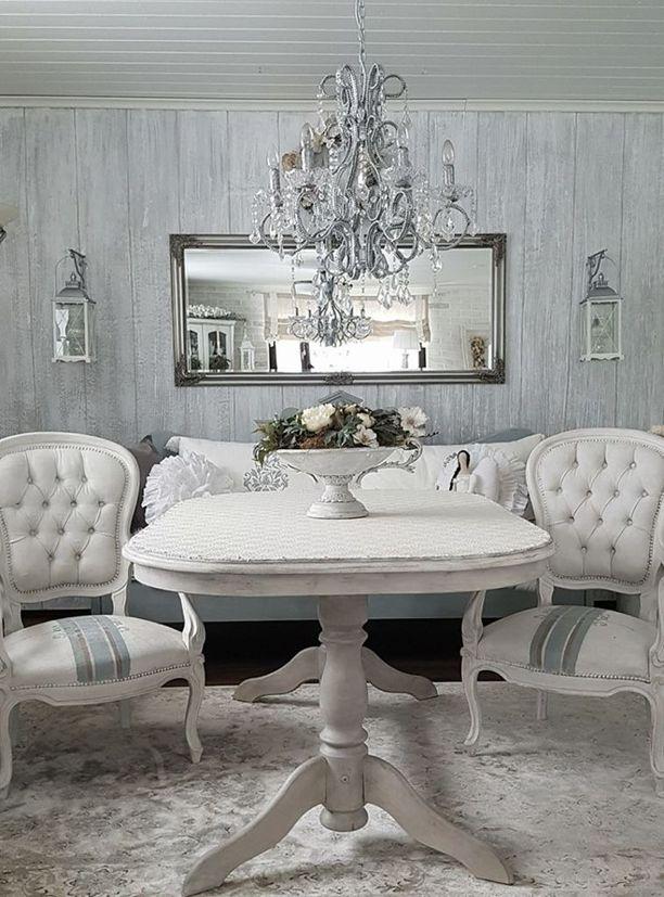 """Suurin osa huoneen huonekaluista ja koriste-esineitä on maalattu kalkkimaalilla. Kuvassa näkyy myös mieletön """"lautaseinä""""."""