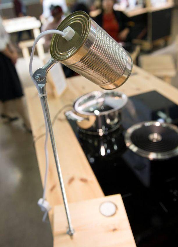 Savo Design & Technicin uutuuksiin kuuluu liesituuletin, joka on upotettu liesitasoon. Etualalla Henrik Enbomin Sähkökatko-valaisin, joka toimii sähköllä ja pikkukynttilällä.