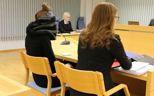 Kaisa Vornanen-Karaduman peitti kasvonsa oikeudessa.