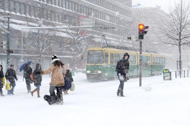 Yltyykö meno vallan tällaiseksi? Vielä ei ole tiedossa, minne päin Etelä-Suomea runsastuvat lumisateet iskevät.