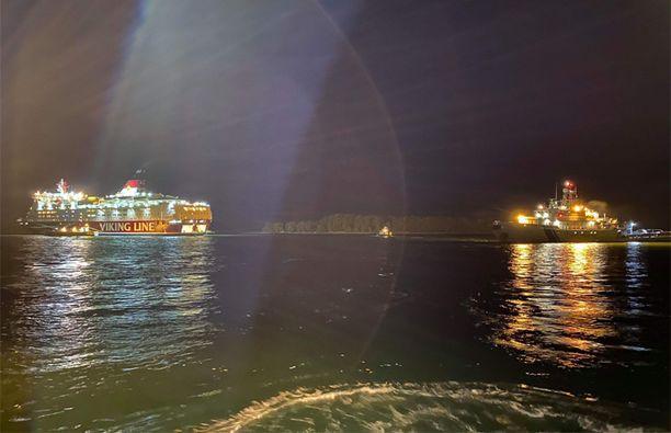 Viking Amorella evakuoitiin karilleajon jälkeen. Merivartiosto kuvasi pelastusoperaatiota syyskuun 20. päivänä.